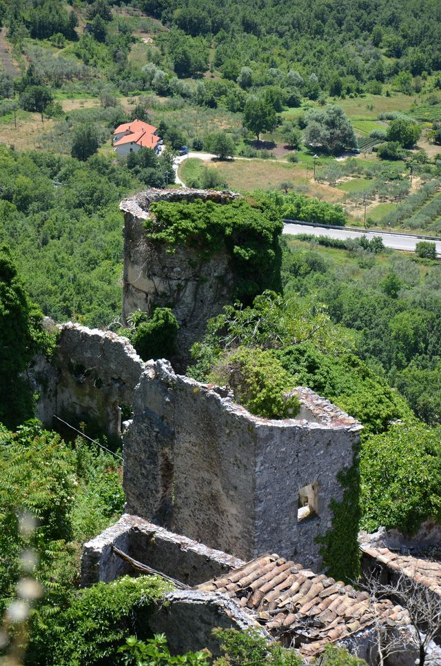 Castello-Recinto (castello, con torri angolari) - Pesche (IS)