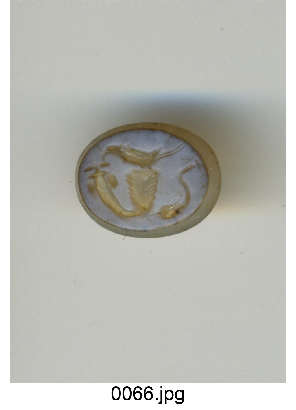 pappagallo sopra un cesto, ai lati cornucopia e delfino (?) (gemma) - produzione romana (sec. I)