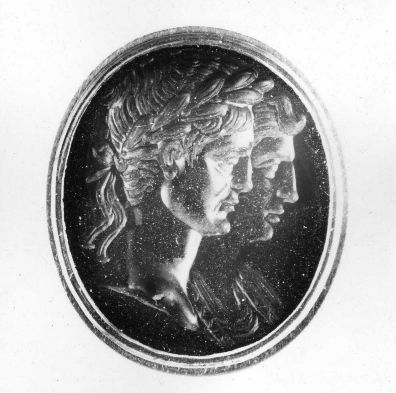 due busti accollati (decorazione a intaglio) - bottega italiana (prima metà sec. XVIII)