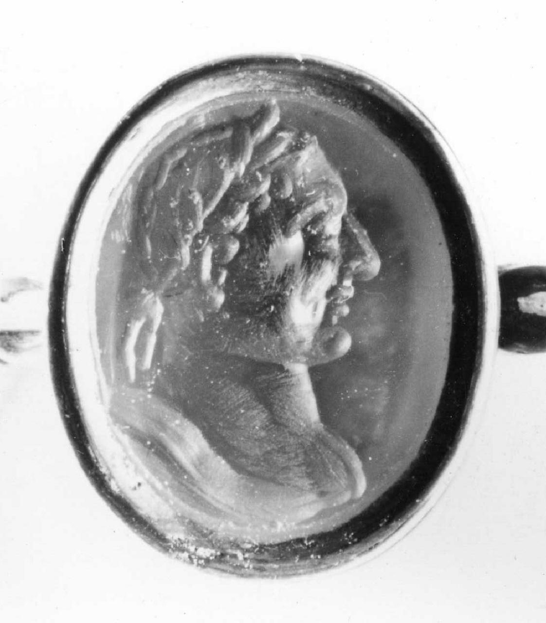 busto maschile laureato (decorazione a intaglio) - bottega italiana (?) (sec. XVII)