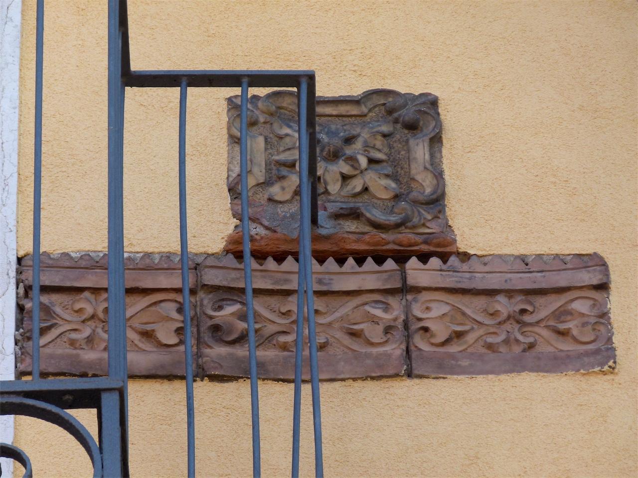 motivo decorativo geometrico e vegetale (decorazione plastico-architettonica, frammento) - produzione veneziana (sec. XV)