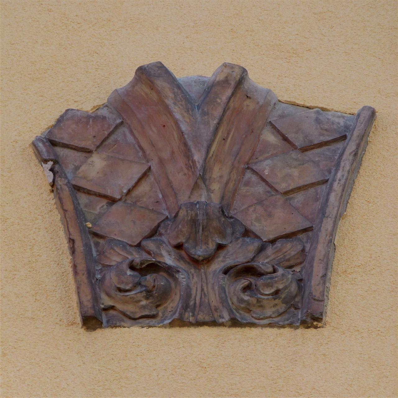 motivi decorativi geometrici e fitomorfi (decorazione plastico-architettonica, elemento d'insieme) - produzione veneziana (sec. XV)