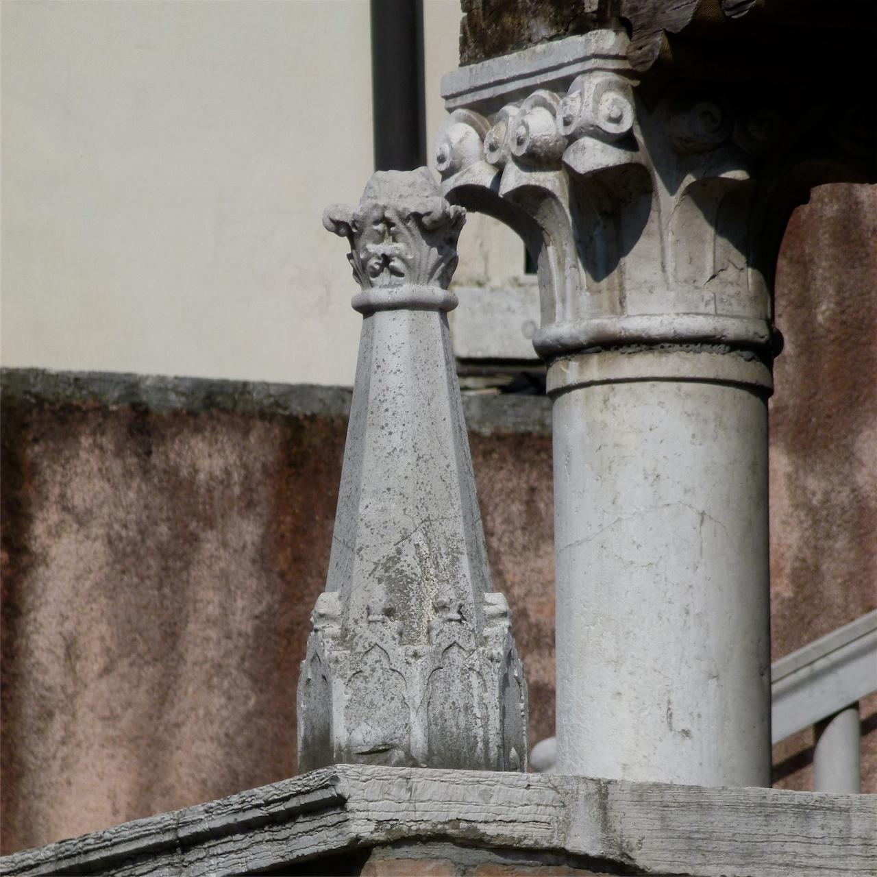motivi decorativi vegetali, motivi decorativi ad archi trilobati (guglia, frammento) - ambito italiano (sec. XIV)