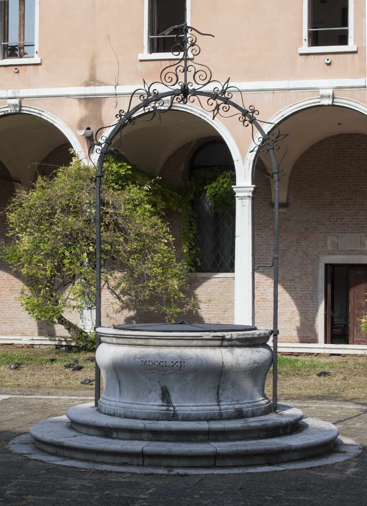 stemma dei Carmelitani (vera da pozzo, opera isolata) - ambito veneziano (terzo quarto sec. XVIII)