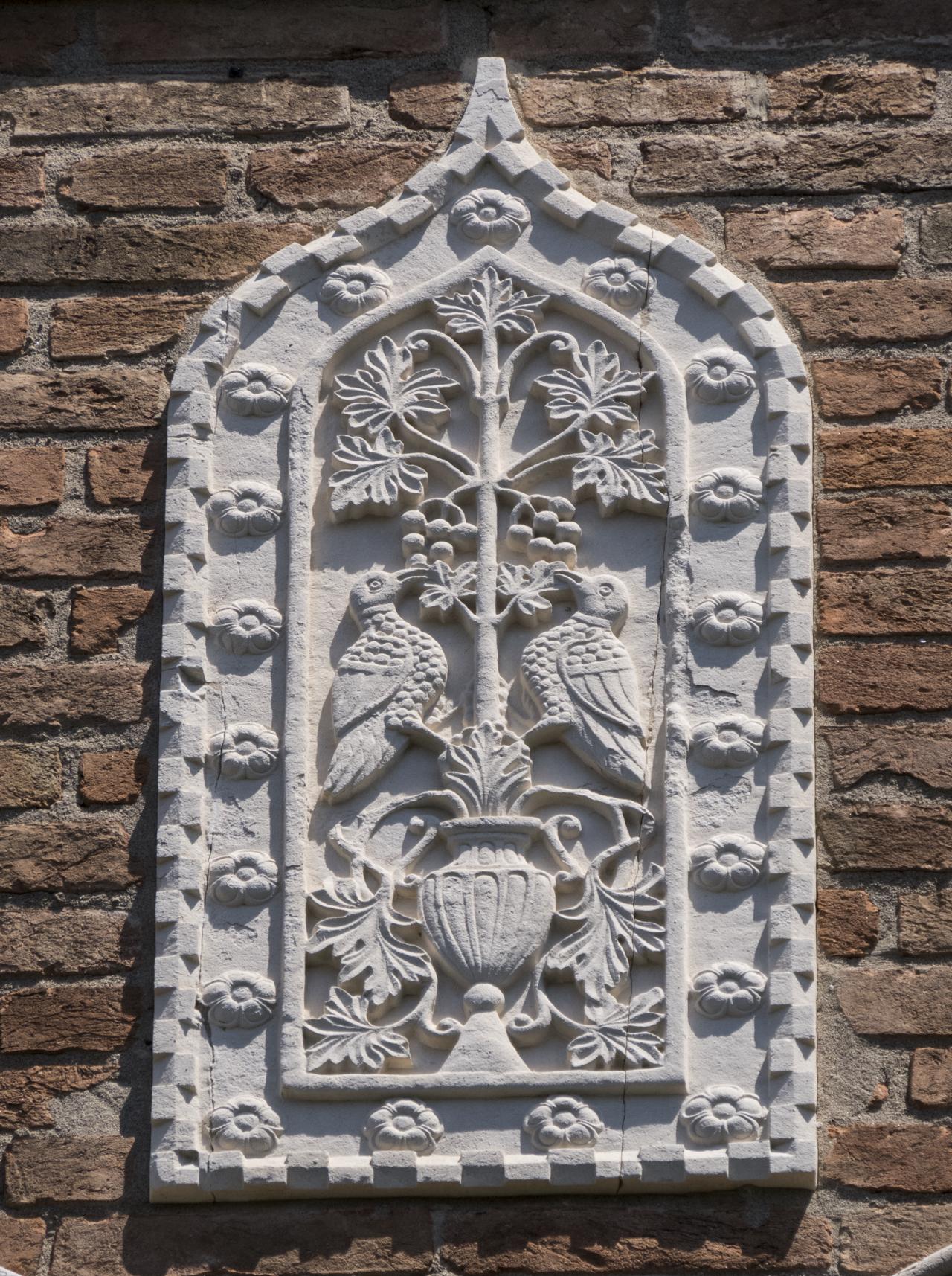 coppia di colombe, vaso, vite con frutti, motivi decorativi floreali e a dentelli (formella, serie) - ambito veneziano (sec. XX)