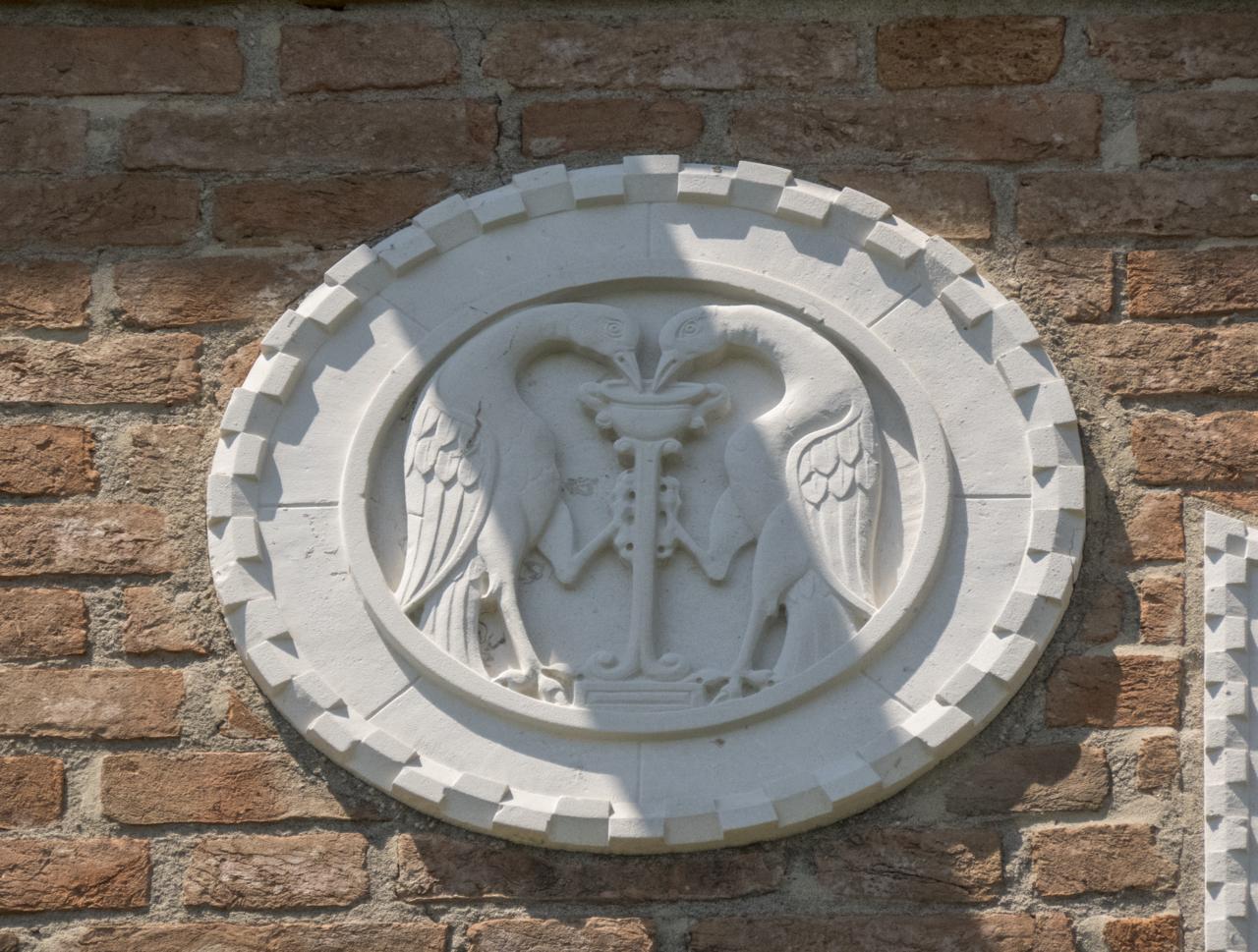 coppia di uccelli, fonte, motivi decorativi a dentelli (formella, serie) - ambito veneziano (sec. XX)