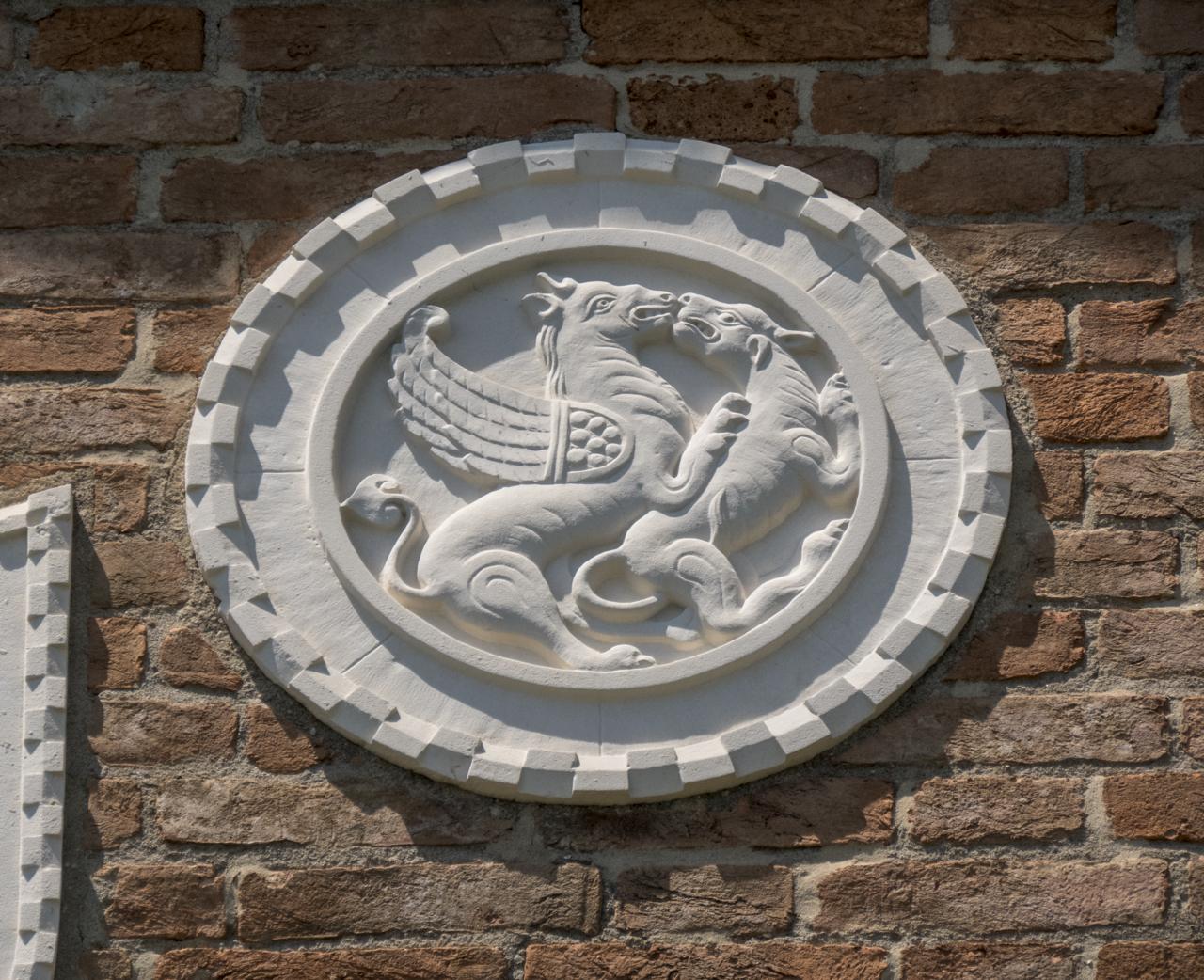 leone (?), quadrupede, motivi decorativi a dentelli (formella, serie) - ambito veneziano (sec. XX)