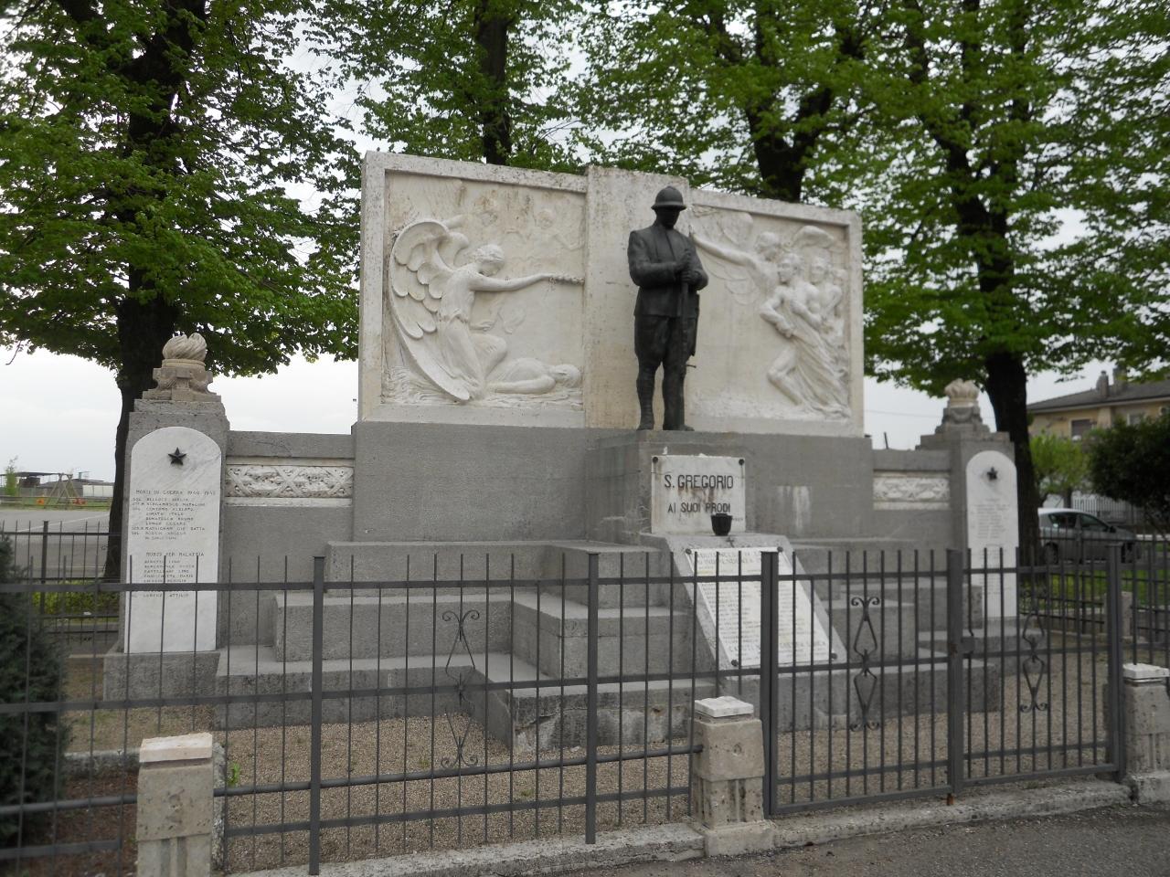 figura di soldato: fante, allegoria della Vittoria che incorona un soldato morente, allegoria della Vittoria che guida i soldati (monumento ai caduti - ad ara) di Zanini Glauco (sec. XX)