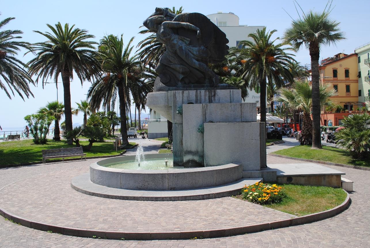 Fontana della Vittoria, allegoria della Vittoria come donna armata (monumento ai caduti - a fontana) di Terracini Roberto (secondo quarto XX)