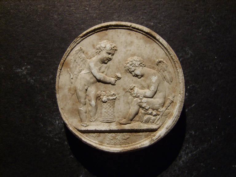 Amorini infilano collane di fiori (calco, opera isolata) - ambito italiano (prima metà sec. XIX)