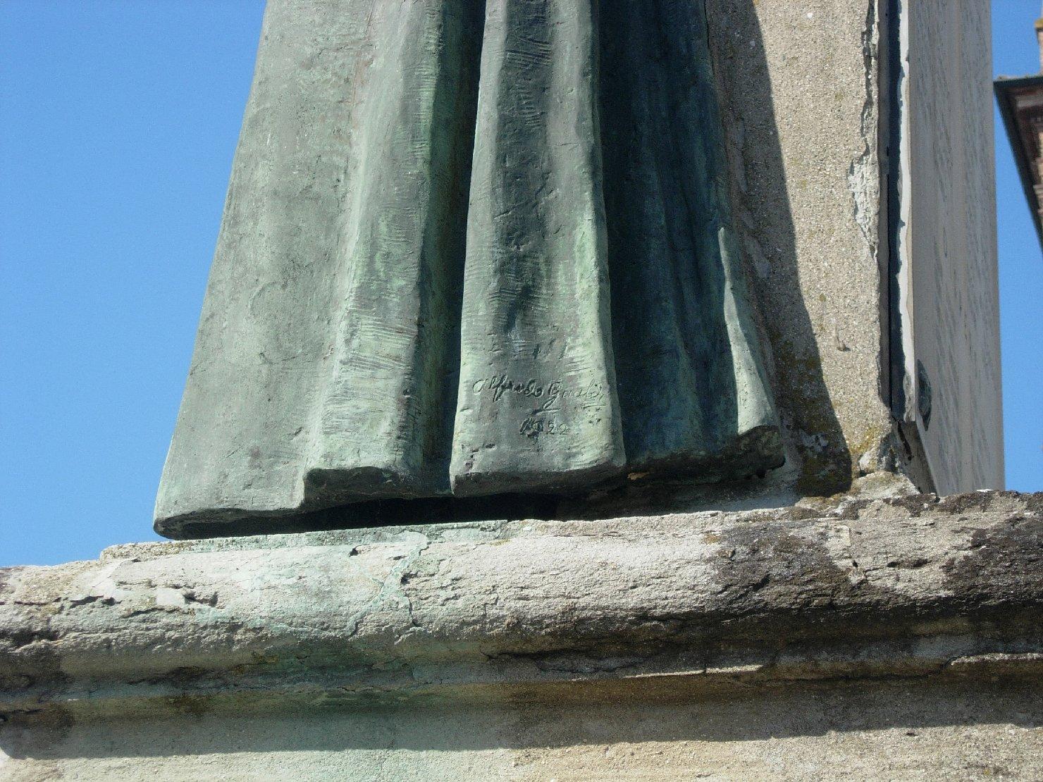 allegoria della Patria che abbraccia un soldato e un sacerdote (monumento ai caduti - a cippo) di Gualdi Alfredo (sec. XX)