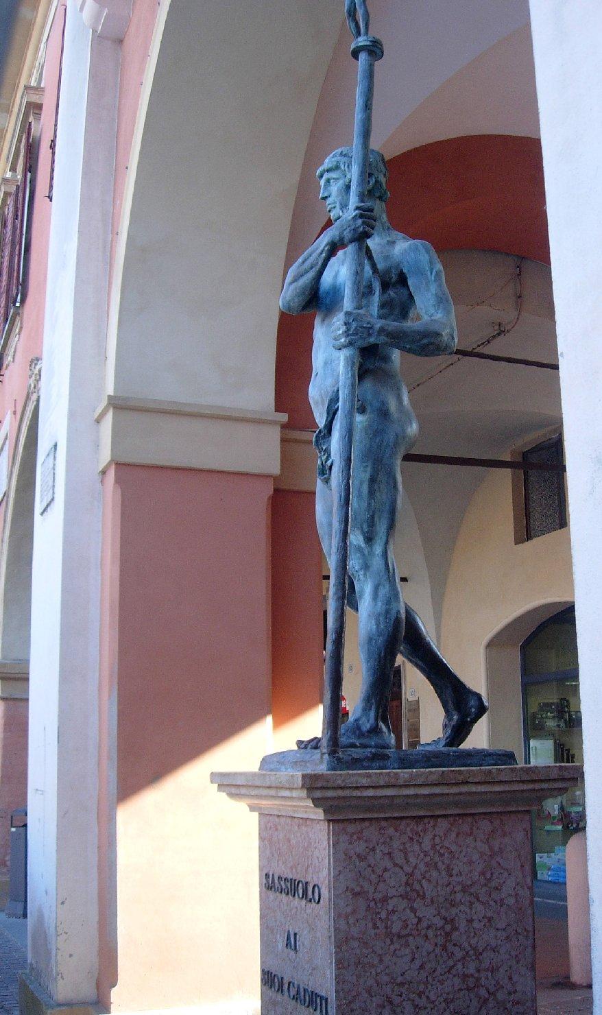 figura di soldato con allegoria della Vittoria (monumento ai caduti - a cippo) di Graziosi Giuseppe (sec. XX)