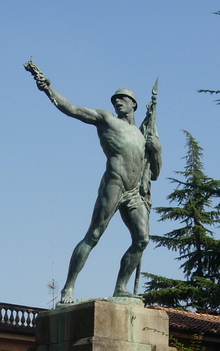 figura di soldato che porta la bandiera (monumento ai caduti - a cippo) di Bondioli Luigi (sec. XX)