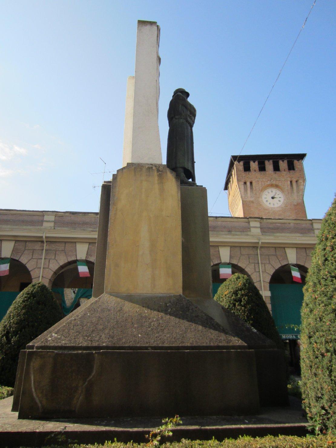 figura di soldato: fante, allegoria della Vittoria come donna vestita all'antica (monumento ai caduti - a cippo) di Bazzoni Alberto (sec. XX)