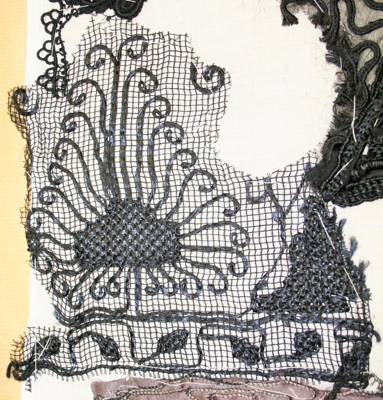 decorazione a ricamo, frammento di Genoni Rosa (attribuito) - ambito milanese (inizio sec. XX)