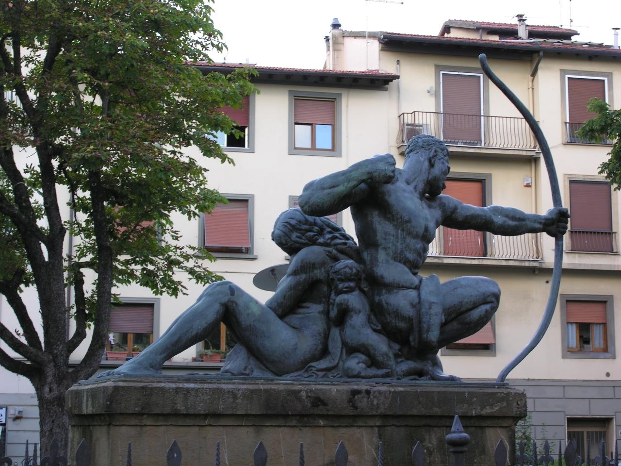 allegoria del soldato che protegge una madre col bambino (monumento ai caduti - a cippo) di Moschi Mario (sec. XX)
