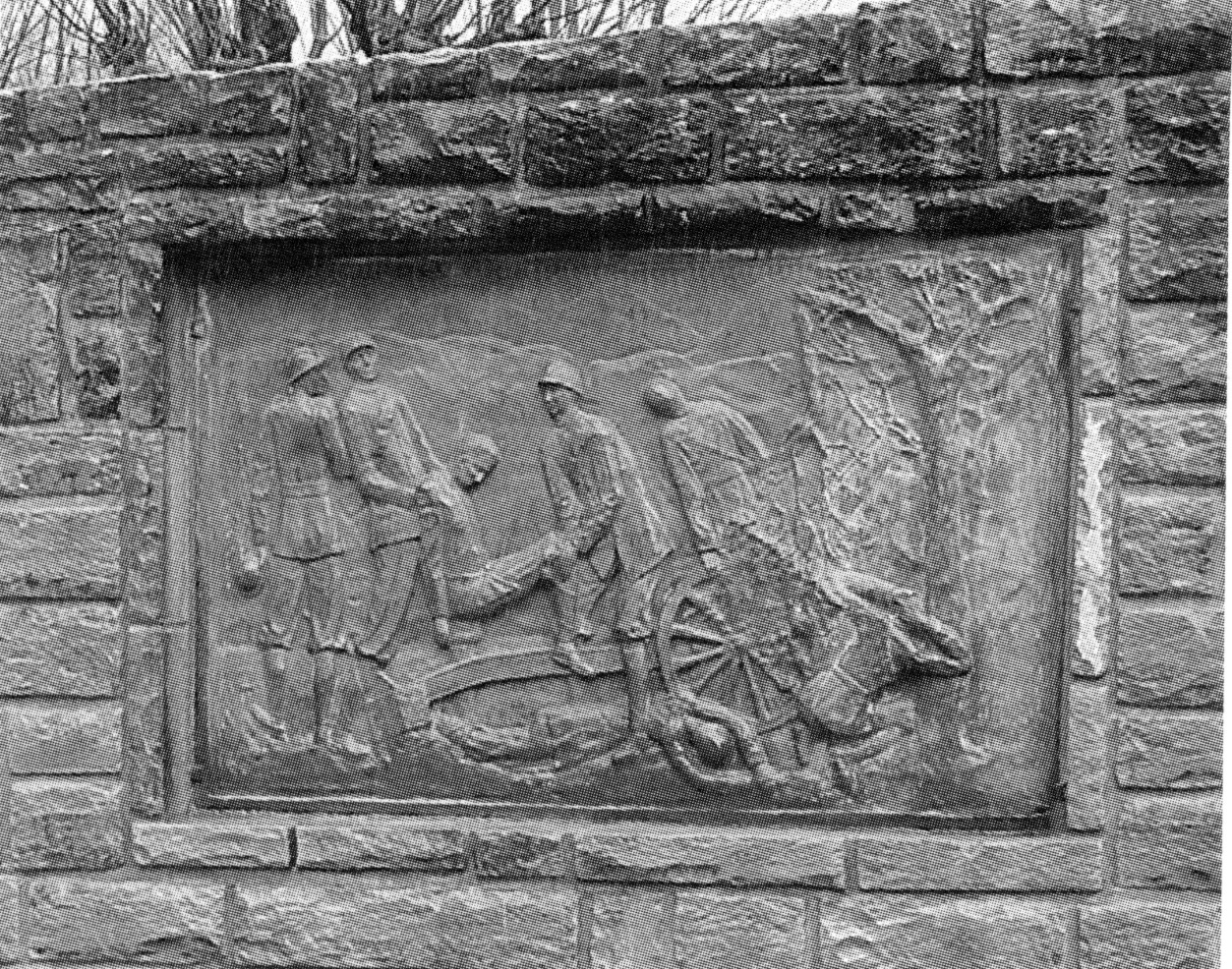 ritorno a casa dei soldati, trasporto di feriti dal campo di battaglia (monumento ai caduti - a cippo) di Ferretti Mario (sec. XX)