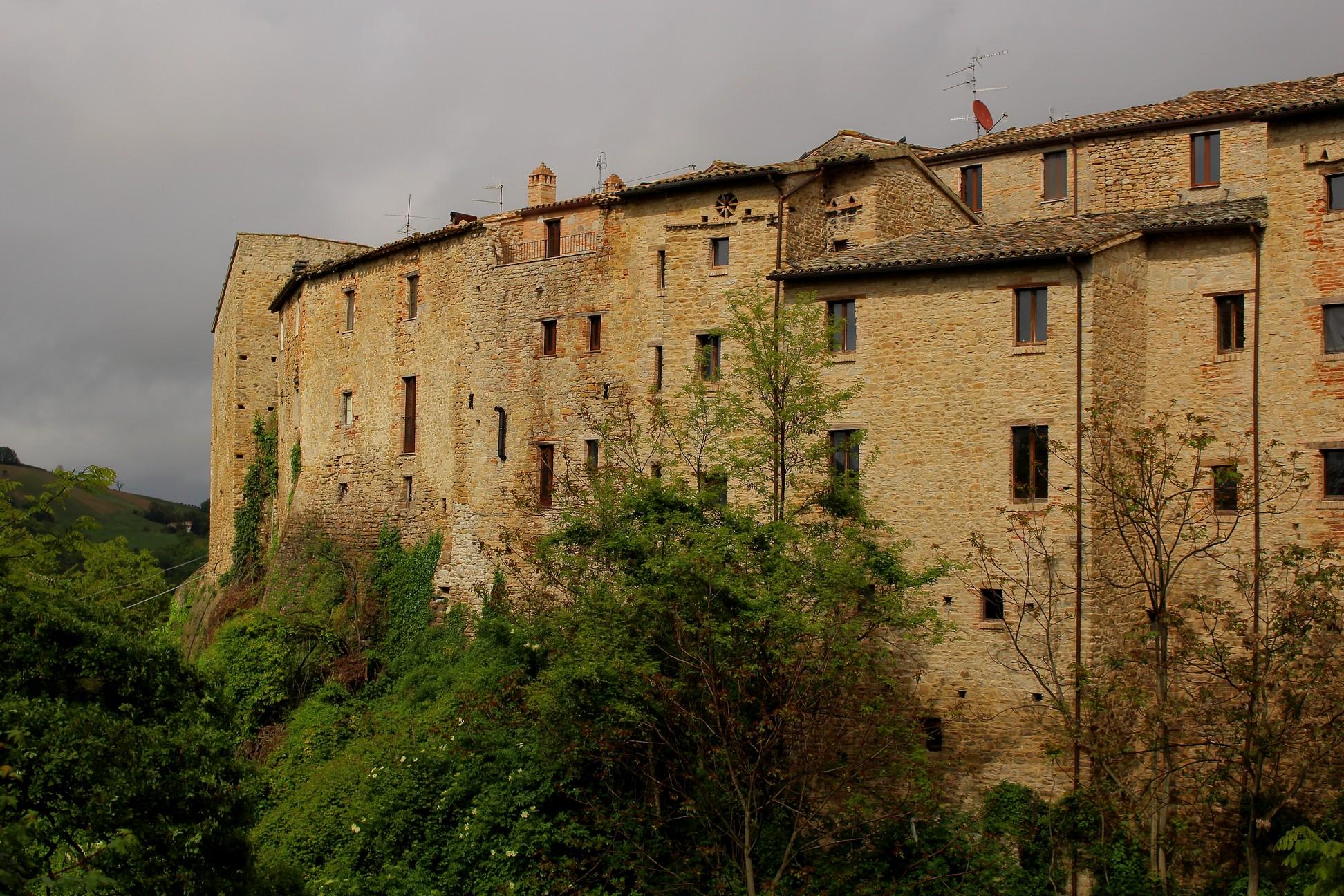 Tratti di cinta muraria (mura, difensive) - Rotella (AP)