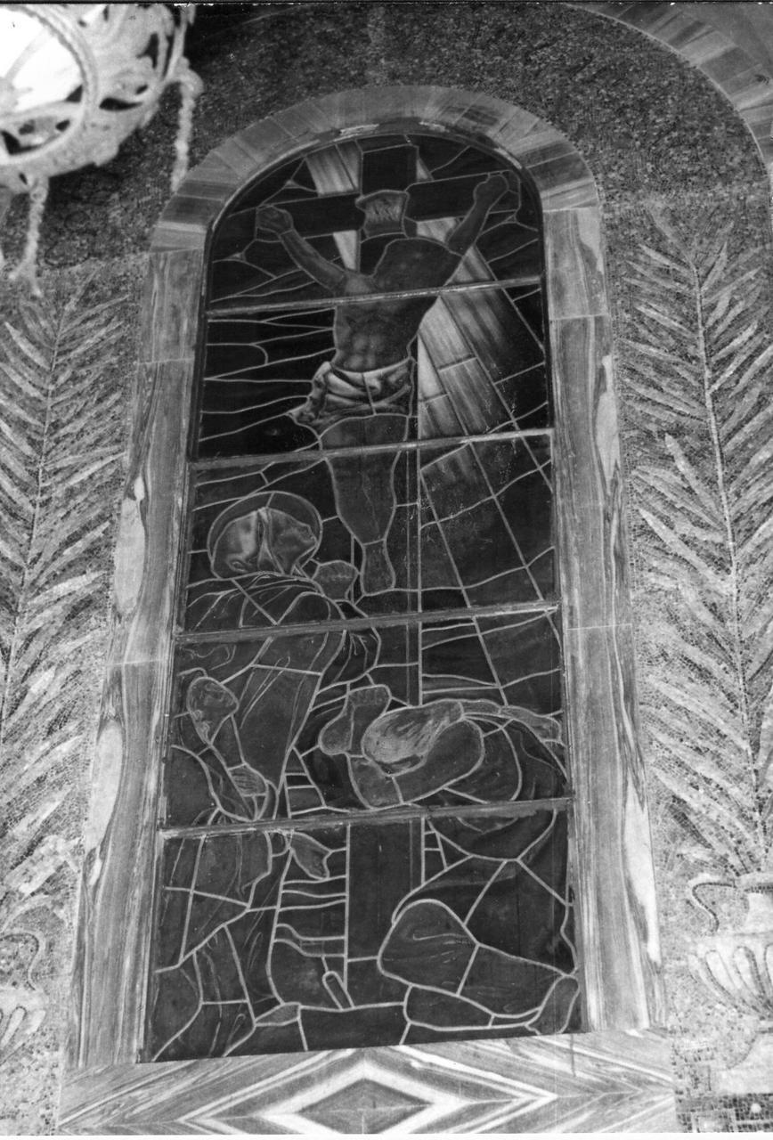 crocifissione con le pie donne piangenti (vetrata) - bottega bolognese (metà sec. XX)