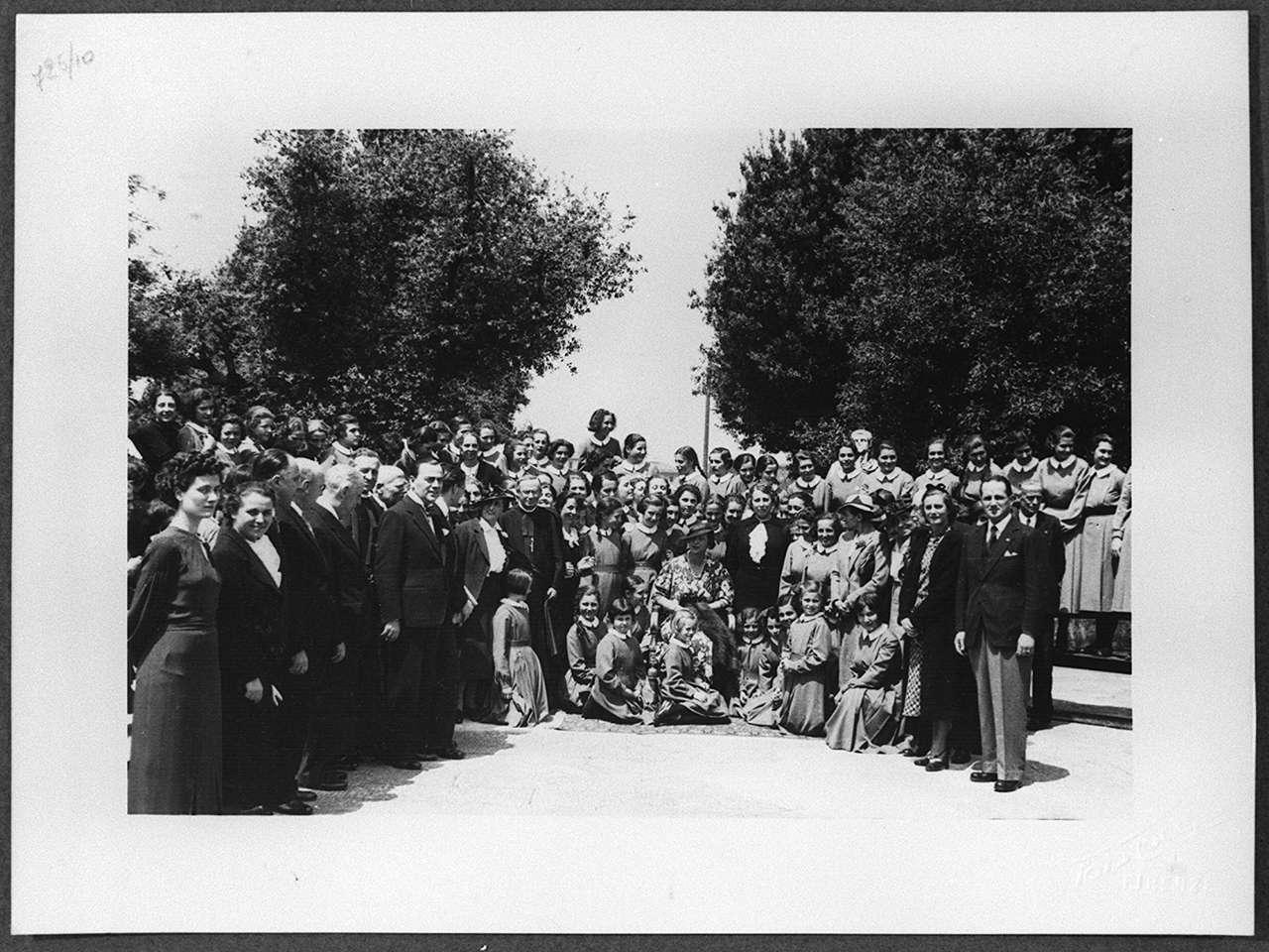 Maria José di Savoia visita la villa del Poggio Imperiale a Firenze (positivo) di Laboratorio Locchi (laboratorio) (secondo quarto XX)