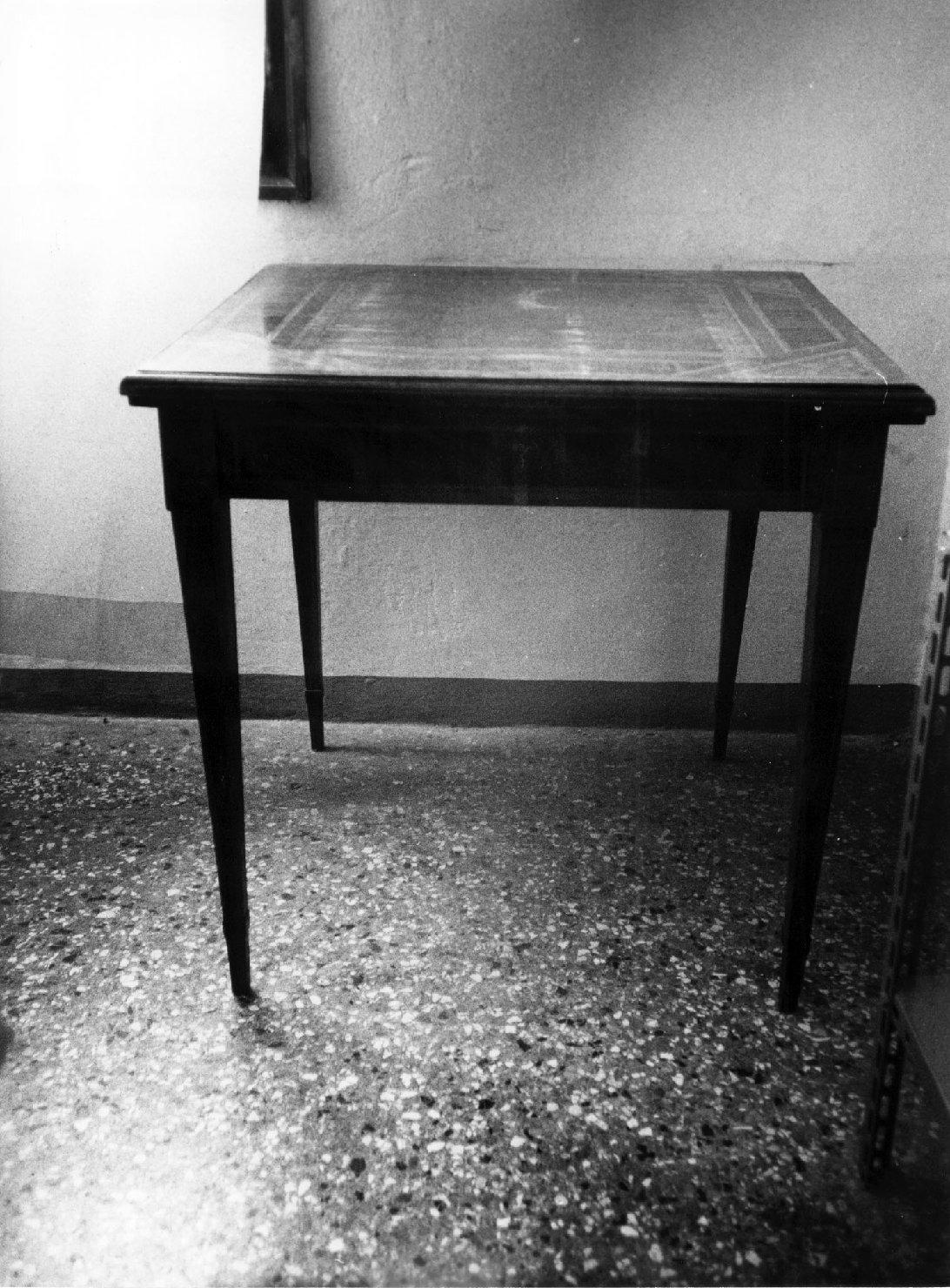 tavolino, opera isolata - ambito italiano (sec. XIX)